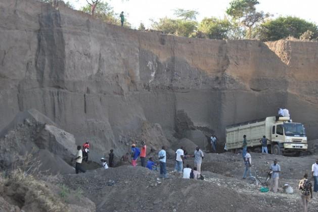محجر رمل روندا، مقاطعة ناكورو، كينيا. يعمل العديد من الشباب الكيني في هذا القطاع على الرغم من المخاطر القاتلة لانهيار الجدران الرملية.-Credit: Robert Kibet/IPS
