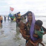 Rohingyaflyktingar anländer med båt efter att ha tagit sig över floden Naf, som skiljer Bangladesh och Burma åt. Foto:IPS