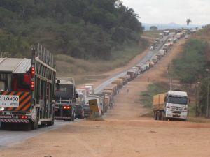 Traffic jam of trucks at Jaciara, 140 km from Cuiaba, caused by repairs to BR-364 road. - Mario Osava/IPS