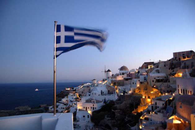 Sette anni dopo essere stata sull'orlo di un crollo finanziario, la Grecia oggi sta vivendo tempi migliori. I conti sono nettamente migliorati, ma ciò che non è sotto i riflettori è come il popolo greco stia ancora pagando gli effetti della crisi